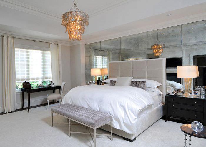 Использование зеркальных поверхностей в освещении комнаты