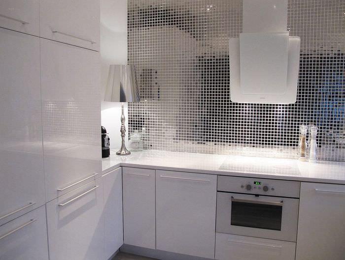 Зеркальная облицовка кухонной стены из мозаики