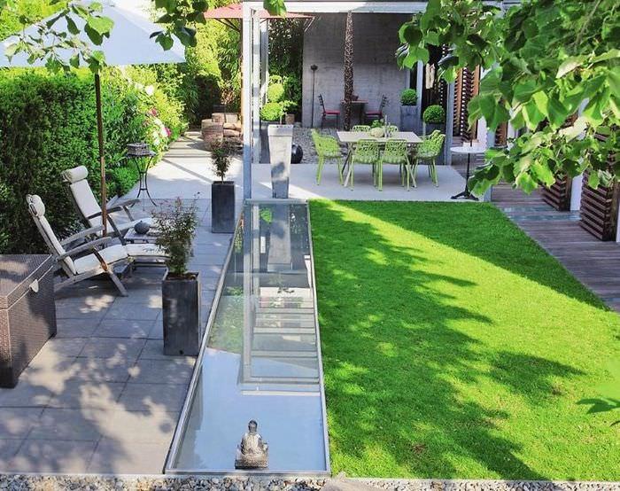 Использование искусственного водоема для визуального расширения пространства маленького сада
