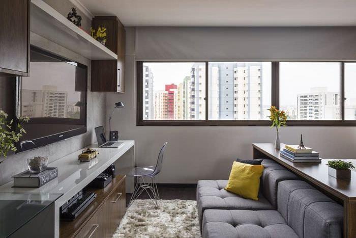 Диван в интерьере гостиного помещения городской квартиры