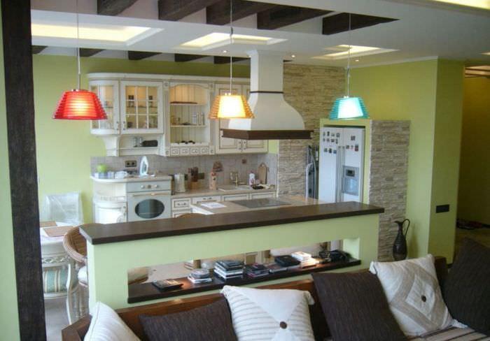 Зонирование кухни-гостиной с помощью осветительных приборов