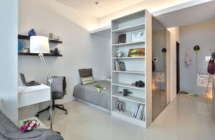 Спальня за шкафами в однокомнатной квартире