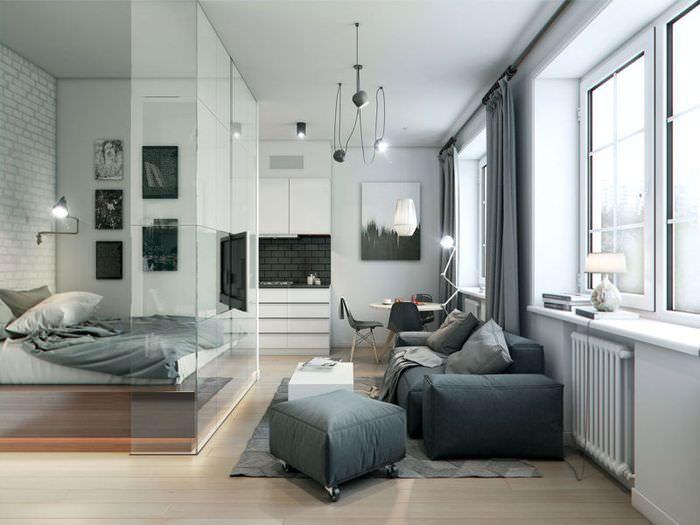 Однокомнатная квартира с кроватью за стеклянной перегородкой