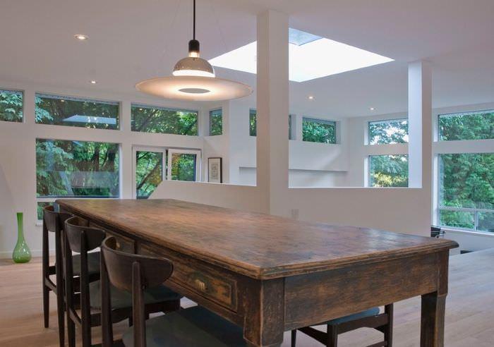 Антикварный стол в фермерском стиле в современной гостиной