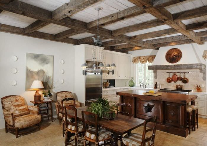 Декорирование потолка деревянными балками над обеденным столом