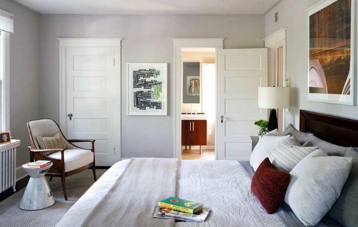 Две белые двери в интерьере спальни