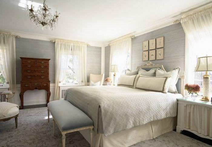 Текстиль пастельных тонов в убранстве классической спальни