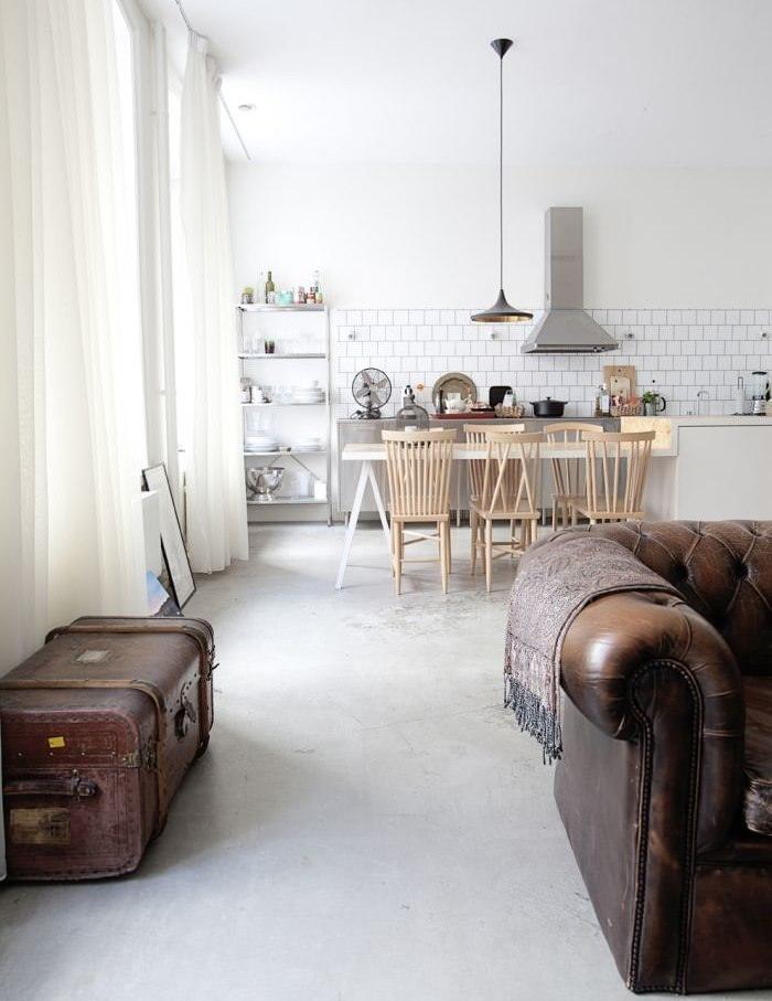 Дизайн светлой гостиной в бело-коричневых тонах