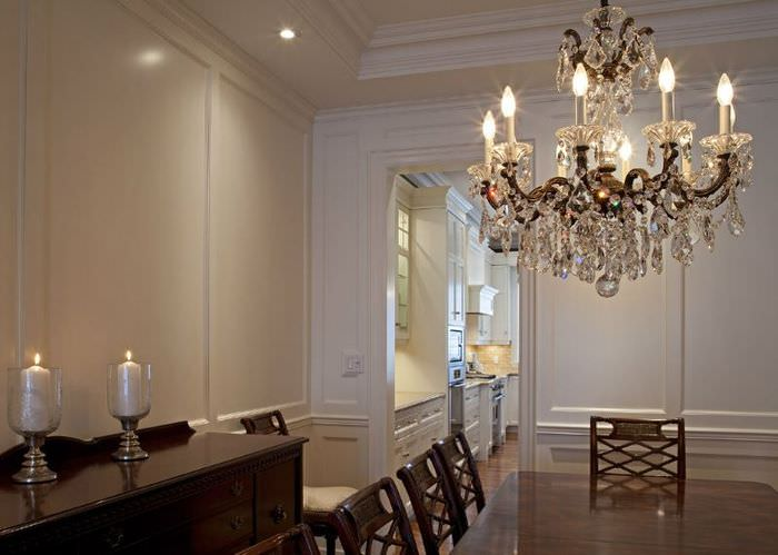 Хрустальная люстра в дизайне гостиной с белыми стенами в стиле классики
