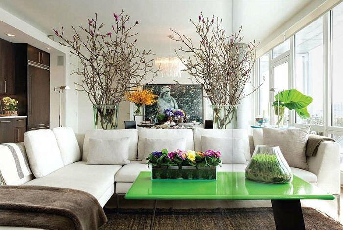 Дизайн светлой гостиной с белым угловым диваном