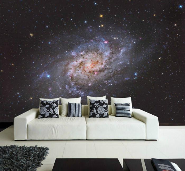 Белый диван на фоне космических обоев