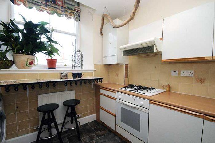 Газовый котел в углу на кухне небольшой площади