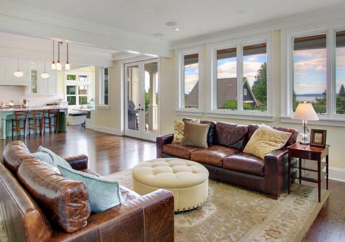 Два коричневых дивана в комнате с белым потолком