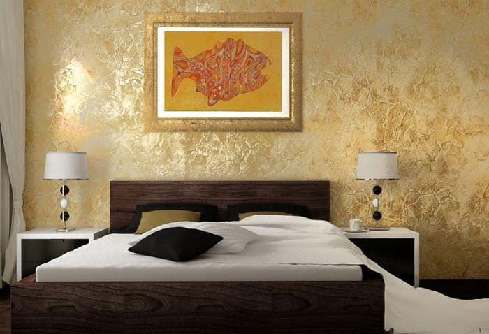 Картина в золотой рамке на стене спальной комнаты