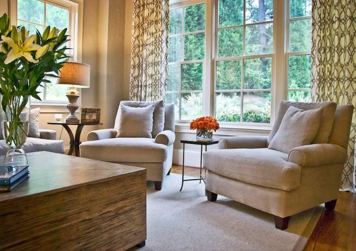 Кресла с бежевой обивкой в гостиной в стиле неоклассики