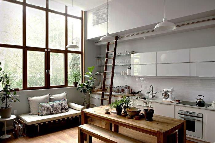 Большие окна в кухне-гостиной с высоким потолком