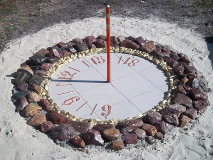 Солнечные часы в ландшафте частного сада