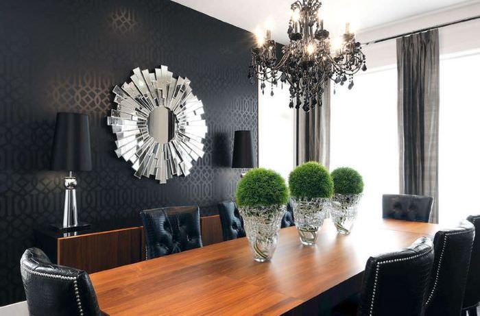 Черная люстра в интерьере темной гостиной