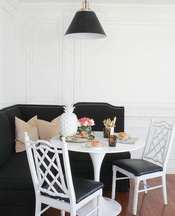 Интерьер обеденной зоны с черной мебелью
