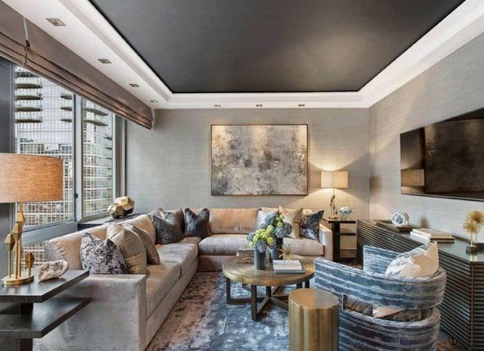 Черный натяжной потолок в дизайне зала городской квартиры