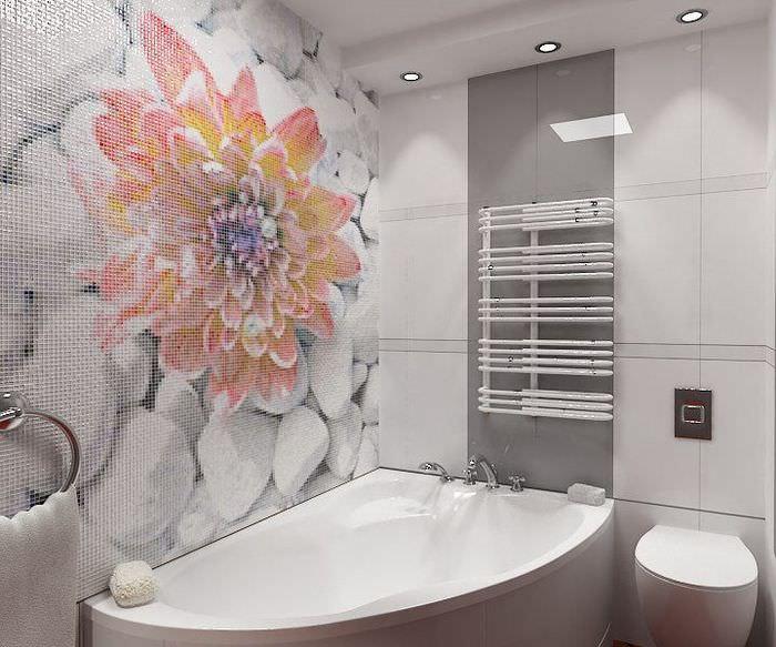 Красивый цветок из мозаики на стене ванной комнаты