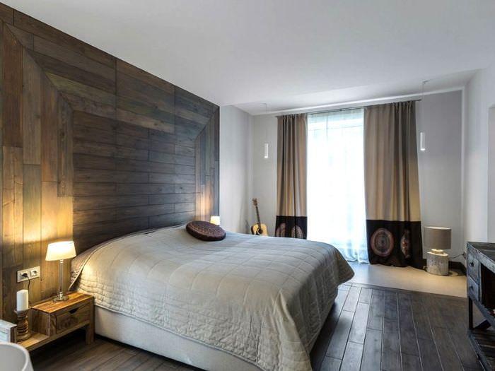 Отделка стены за изголовьем кровати деревом в спальня стиля контемпорари