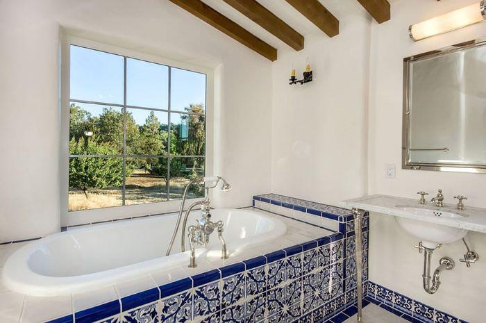 Декорирование потолка ванной комнаты деревянными балками