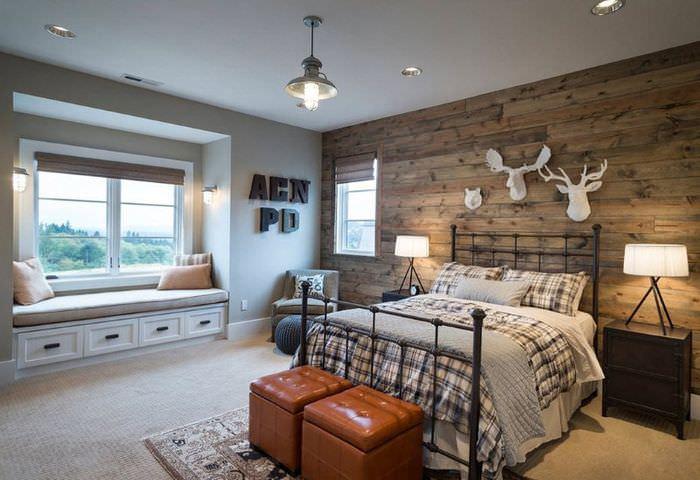 Интерьер деревенской спальни с включением коричневого цвета