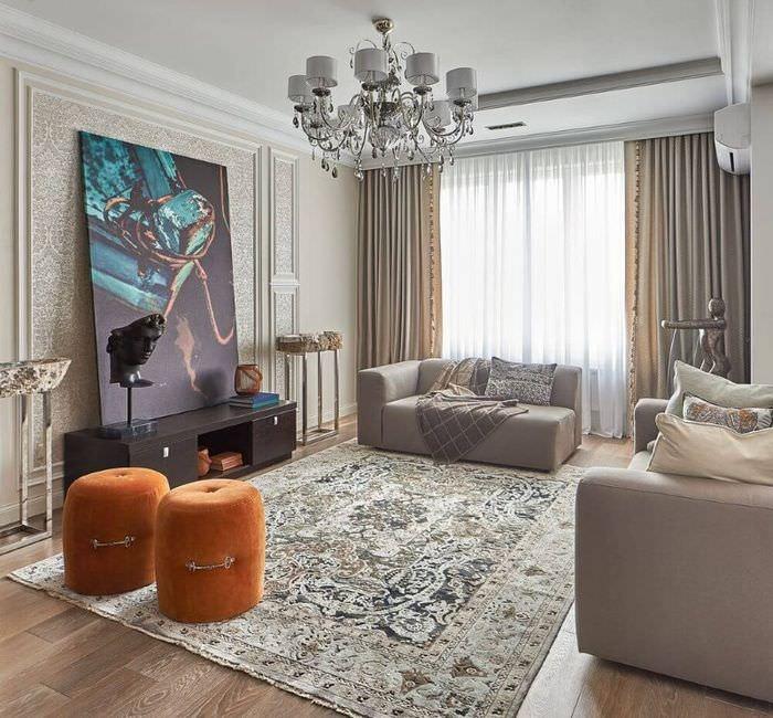 Интерьер гостиной в серых тонах с оранжевыми пуфами