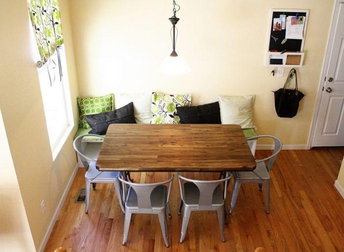 Обеденный стол с деревянной столешнице на кухне загородного дома