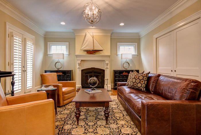 Светло-коричневые кресла в гостиной с темно-коричневым диваном