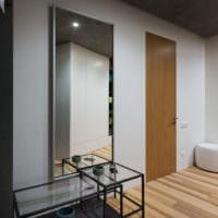 Стеклянный столик перед зеркалом в духе минимализма