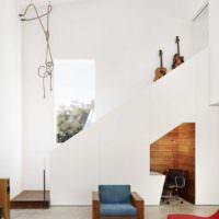 Лестница на второй этаж частного дома в духе минимализма