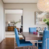Синие стулья в белой гостиной
