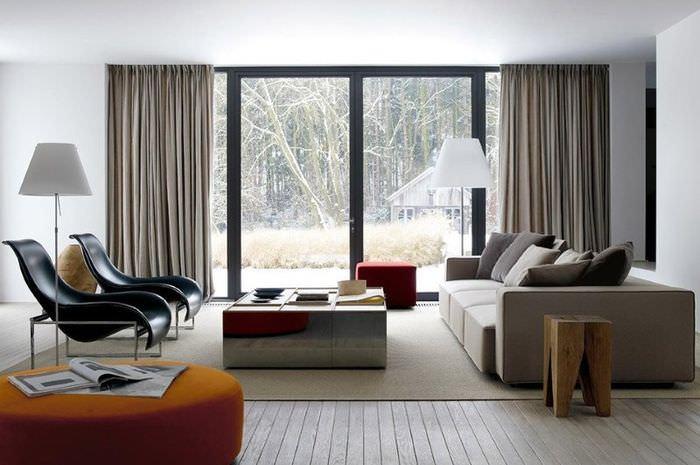 Деревянный пол в гостиной загородного дома в стиле контемпорари