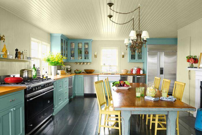 Большой обеденный стол на кухне в американском стиле