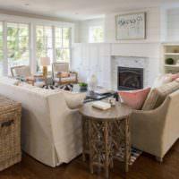 Мебель с натуральной тканью в гостиной частного дома