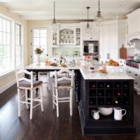 Светлый кухонный гарнитур в классическом стиле