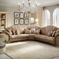 Угловой диван в гостиной классического стиля