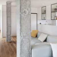 Грубая поверхность бетонных колон в гостиной