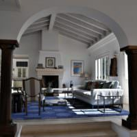 Черные колоны в белой гостиной
