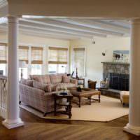 Гостиная загородного дома с колоннами