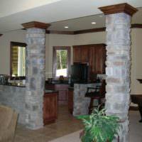 Колонны из природного камня в кухне частного дома
