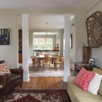 Парные колонны между кухней и зоной отдыха