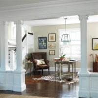 Рельефные колонны в дизайне гостиной комнаты