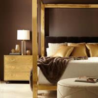 Сочетание золотого цвета с коричневым в дизайне спальной комнаты