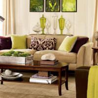 Коричневый столик в гостиной с бежевым диваном