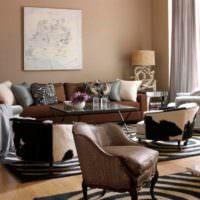 Декорирование гостиной разноцветными подушками