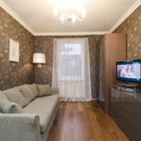 Серый диван на коричневом полу гостиной