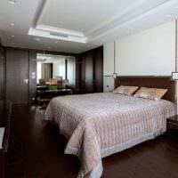 Кремовое покрывало на кровати в коричневой спальне
